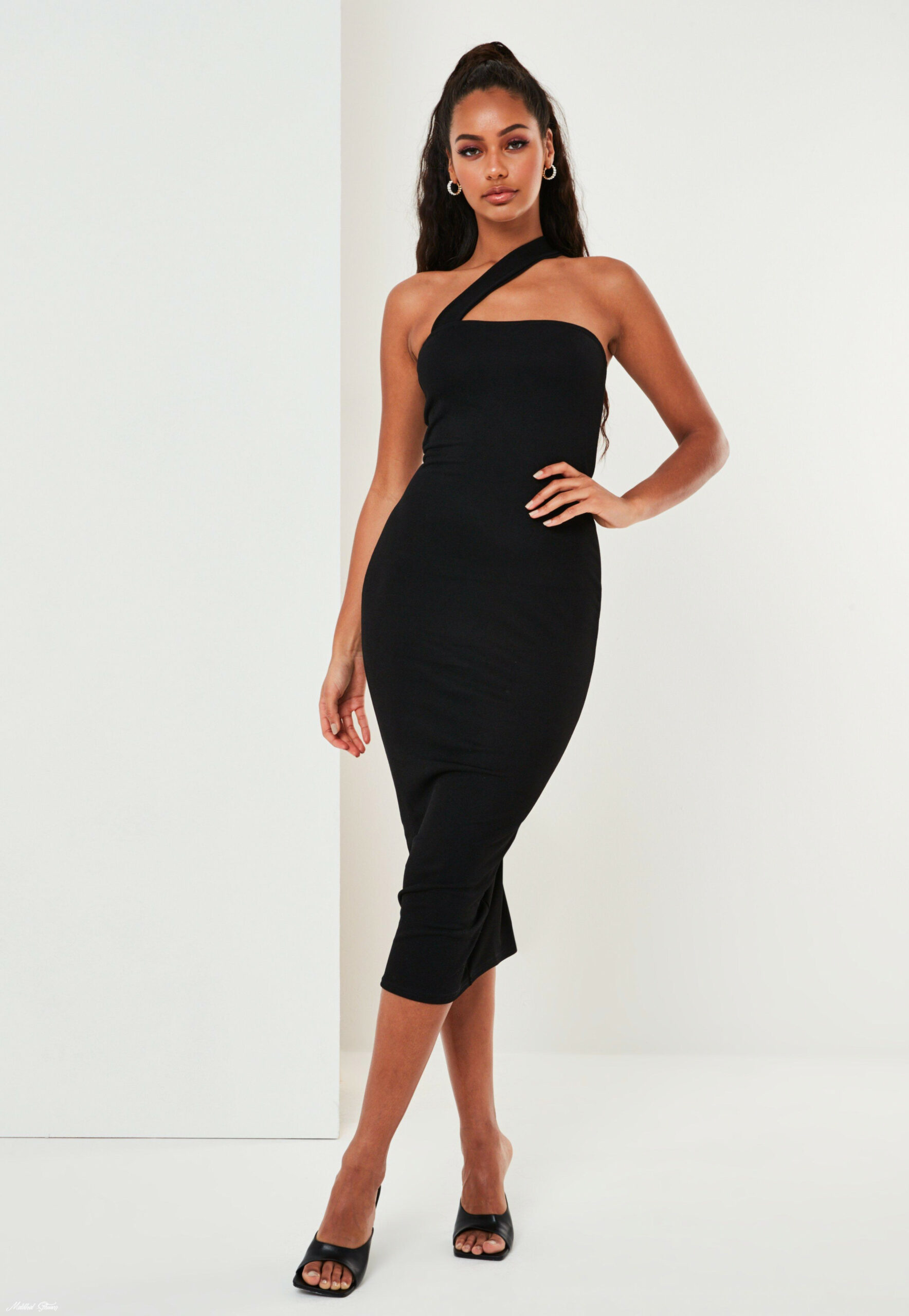 Midikleid Im One Shoulder Design In Schwarz